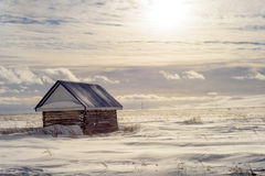 冬天雪风景的老木棚子 免版税库存照片