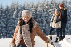 冬天青年人朋友享用雪 免版税图库摄影