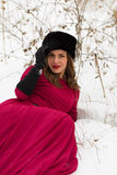冬天领域的美丽的妇女 库存图片