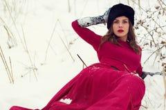 冬天领域的美丽的妇女 免版税图库摄影