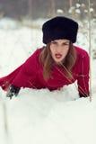 冬天领域的美丽的妇女 免版税库存图片