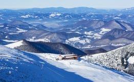 冬天风景、峰顶和缆绳铺铁路, Mala Fatra山,斯洛伐克 免版税图库摄影