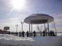 冬天风景与圆形建筑和一个太阳/晴朗的冬日/ 库存图片