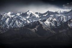 冬天风景与蓝天的雪山从Leh拉达克印度 免版税库存照片