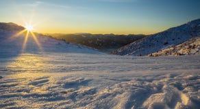 冬天风景和峰顶在Mala Fatra山在日落,斯洛伐克 库存照片