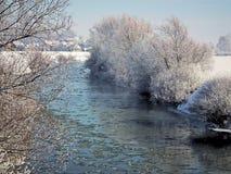 冬天风景和河有流动的浮冰的 库存照片