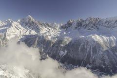 冬天风景在云彩下的镇视图, 库存照片