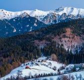冬天风景在有自然的,山,森林,村庄罗马尼亚 免版税图库摄影