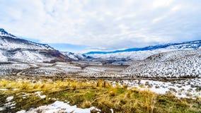 冬天风景在汤普森河谷的半沙漠在坎卢普斯和卡什克里克之间的在中央不列颠哥伦比亚省 库存图片