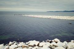 冬天风景有海视图 免版税库存图片