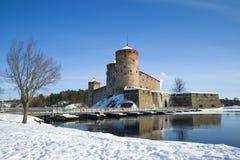冬天风景的古老Olavinlinna堡垒 古老芬兰堡垒olavinlinna savonlinna日落 免版税库存图片