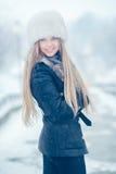 冬天风景的秀丽妇女 免版税库存图片
