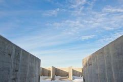 冬天风景的背景的具体建筑 免版税库存照片