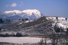 冬天风景的议院 免版税库存照片