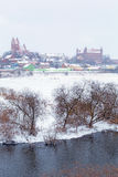 冬天风景的Gniew镇在Wierzyca河 免版税图库摄影