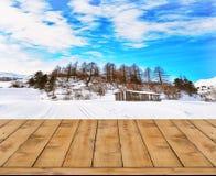 冬天风景被弄脏的背景与木甲板的 免版税库存照片