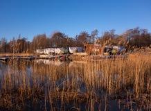 冬天风景风景在赫尔辛基、芬兰和波罗的海和小游艇船坞背景的 免版税库存图片