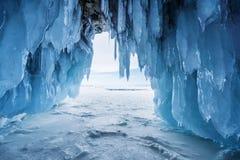 冬天风景,与明亮的阳光的结冰的冰洞从在贝加尔湖的出口在伊尔库次克,俄罗斯 免版税库存照片