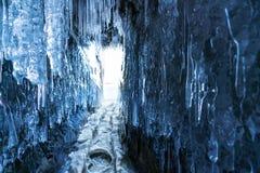 冬天风景,与明亮的阳光的结冰的冰洞从在贝加尔湖的出口在伊尔库次克,俄罗斯 库存图片