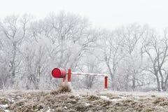 冬天风景,由河的门 免版税库存图片