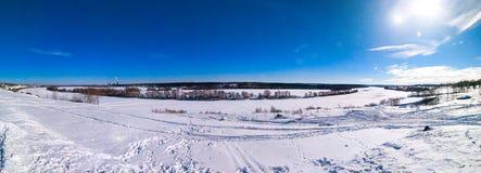 冬天风景ponarama河 与树和蓝天的美好的湖背景 与云彩的清楚的蓝天 免版税图库摄影