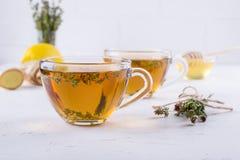 冬天饮料 温暖的热的茶用柠檬、姜和草本麝香草, 库存照片