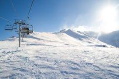 冬天驾空滑车,滑雪电缆车在一个晴天运载滑雪者 免版税图库摄影