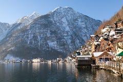 冬天高山Hallstatt镇和湖Hallstatter 免版税库存图片