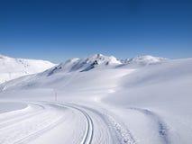 冬天高涨和langlauf足迹在阿尔卑斯 库存照片