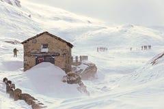 冬天,与远足者的山多雪的风景 免版税库存照片