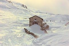 冬天,与远足者的山多雪的风景 库存图片