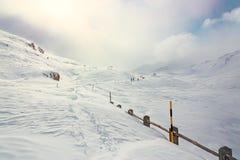 冬天,与远足者的山多雪的风景 图库摄影