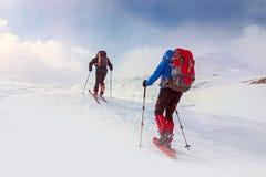 冬天,与远足者的山多雪的风景 库存照片