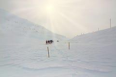 冬天,与远足者的积雪的山 库存照片