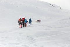 冬天,与远足者的积雪的山 图库摄影