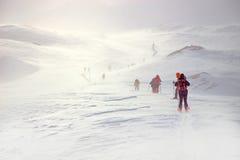 冬天,与远足者的积雪的山 免版税库存照片