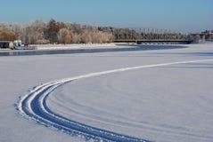 冬天,在河的滑雪和 免版税库存照片