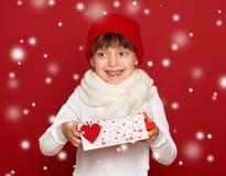 冬天,孩子,华伦泰爱概念-帽子的愉快的女孩与 库存图片