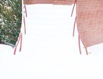 冬天,寒冷,很多雪 楼梯,对大厦的入口 免版税库存图片