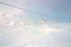 冬天,山多雪的风景 图库摄影