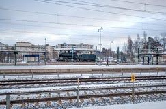 冬天,火车站在凯拉瓦,芬兰 铁路运输 免版税库存照片