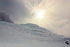 冬天,积雪的山 库存照片