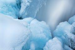 冬天,鸥小河小瀑布 免版税库存图片