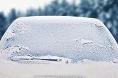冬天结冰的后面车窗,纹理结冰的冰玻璃 免版税图库摄影