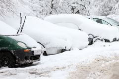 冬天 冰 雪 人们在通过在未清理的冰冷的街道上的多雪的汽车在以后大雪的一条多雪的冰冷的路艰苦走 Unclea 免版税库存照片