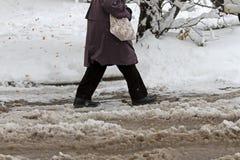 冬天 冰 雪 人们在通过在未清理的冰冷的街道上的多雪的汽车在以后大雪的一条多雪的冰冷的路艰苦走 Unclea 库存图片