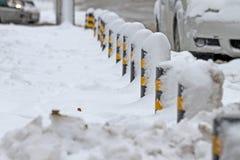 冬天 冰 雪 人们在通过在未清理的冰冷的街道上的多雪的汽车在以后大雪的一条多雪的冰冷的路艰苦走 Unclea 免版税图库摄影