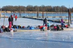 冬天活动在小游艇船坞 免版税库存图片