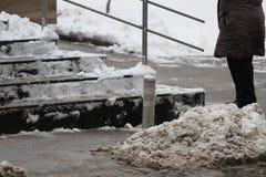 冬天 台阶 人们在走非常多雪的台阶到地下过道 人们在跨步冰冷的台阶,溜滑台阶 库存图片