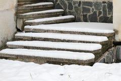 冬天 台阶 人们在走非常多雪的台阶到地下过道 人们在跨步冰冷的台阶,溜滑台阶 库存照片